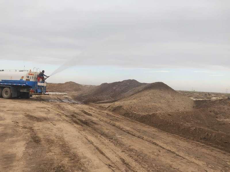 新疆剥离的表土临时堆放,表面洒水结皮